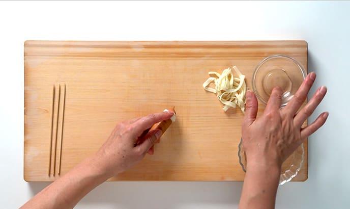 Deco point! 餃子の皮をソーセージに巻きつける